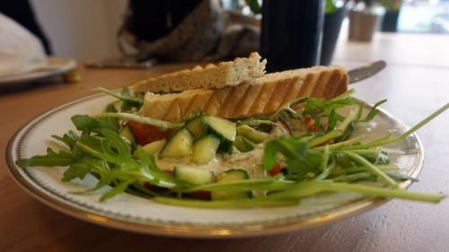 Macht bestimmt nicht dick: Salat mit Brot.