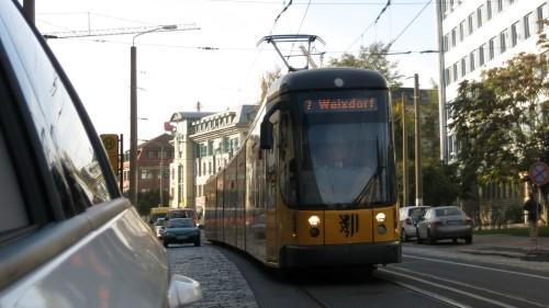 Doch viele Autofahrer lassen sich hinter die Straßenbahn zurückfallen.