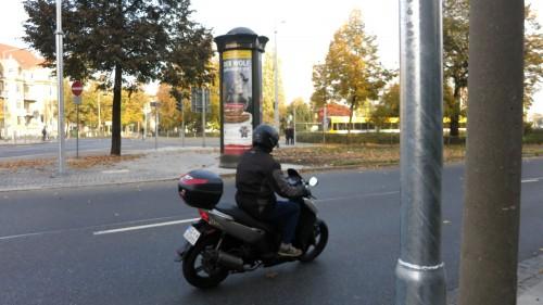 Die Ampelsäulen zwischen Albertstraße und Straßenbahnhaltestelle stehen schon.