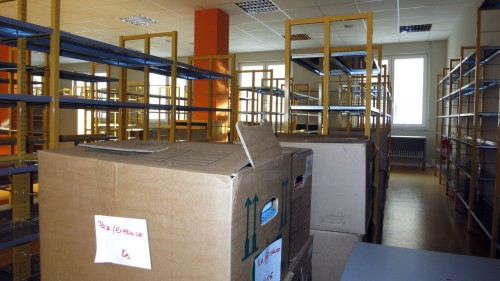 Die Kisten sind schon da, jetzt können die Regale eingeräumt werden.
