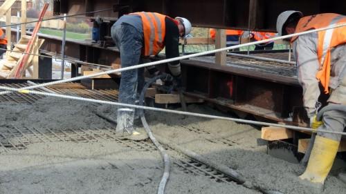 Über Schläuche wird der Beton eingegossen und dann mit Rüttelflaschen verdichtet. Foto: W. Schenk
