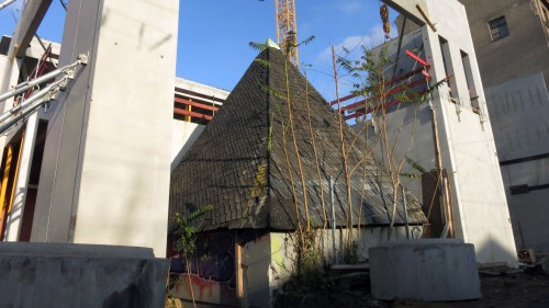 Brunnenhaus im Betonrahmen