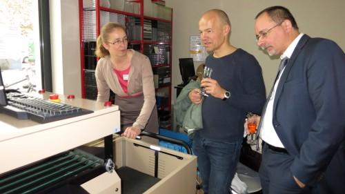 Bibo-Chefin Elisabeth Schäckel erklärt dem Apotheker und dem Ortsamtsleiter die automatische Rückgabe.