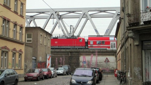 Der Dammweg liegt den Zügen zu Füßen