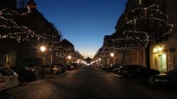 Royale Kombination aus Weihnachtsbeleuchtung und Sonnenuntergang