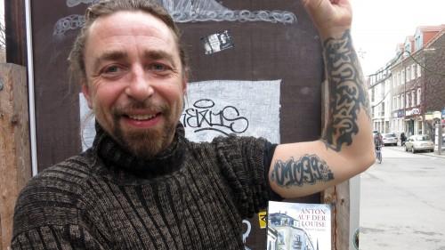 Mafia mit Tattoo und Buch