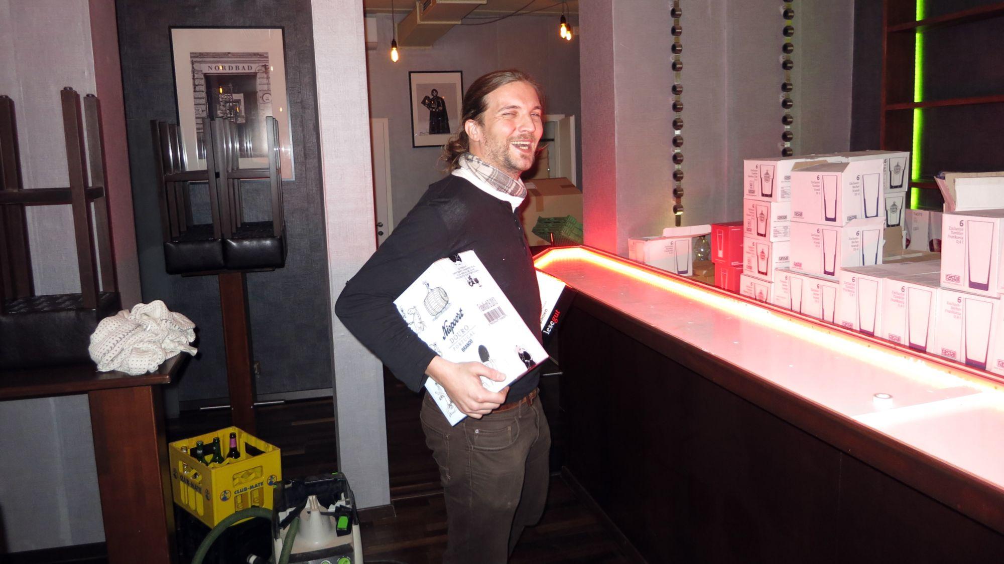 Chef-Barkeeper Max kann lachen, das meiste ist geschafft. Morgen wird eröffnet.