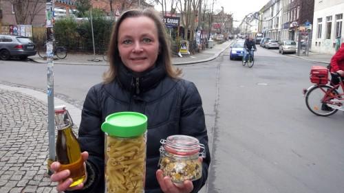 Berit Heller zeigt: In solchen Gläsern und Dosen können die Kunden dann die Waren mitnehmen.