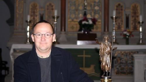 Pfarrer Eckehard Möller vor dem Altar