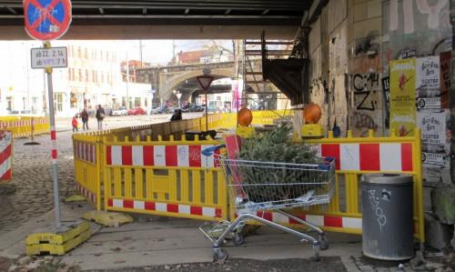 """Nachweihnachtliches Szenario am Anfang der Conradstraße. Die S-Bahn-Haltestestelle """"Bischofsplatz"""" kann erst ab 2016 bedient werden."""