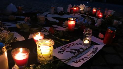 Am Jorge-Gomondai-Platz wurden Kerzen aufgestellt und Blumen niedergelegt.