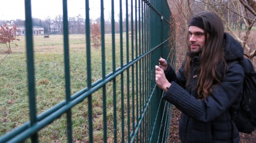 Kein Reinkommen - der Weg zum Russensportplatz scheint für den Lustgarten-Aktivisten Mirko Sennewald versperrt.