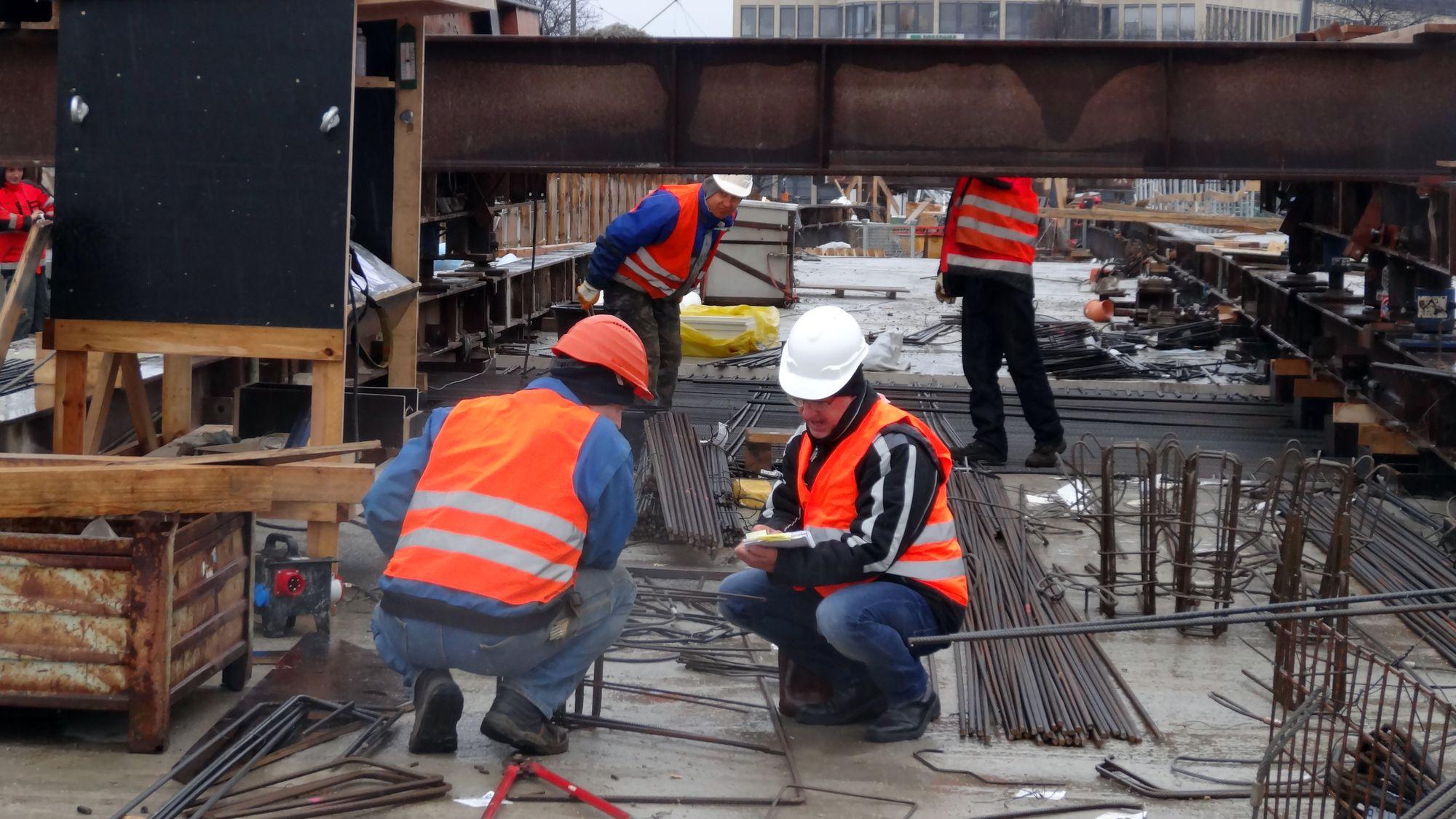 Immer wieder müssen die Brückenexperten ihr Können unter Beweis stellen.