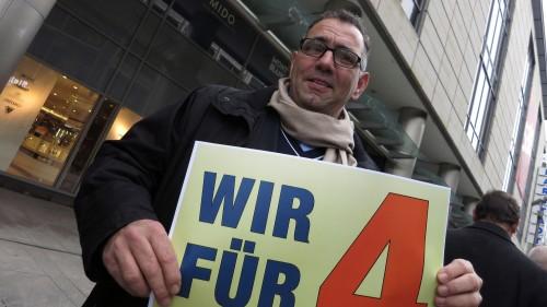 """Auch der Neustädter Hotelier Johannes Lohmeyer (FDP) engagiert sich. Die """"4"""" steht übrigens nicht für vier Spuren, sonder für vier verkaufsoffene Sonntage."""
