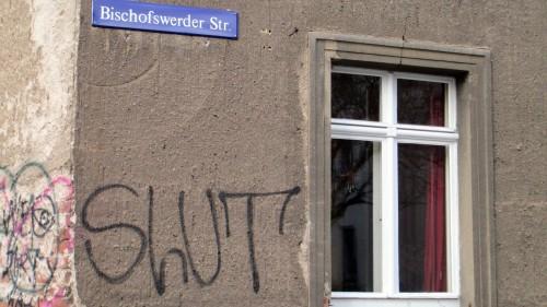 Bischofswerder Straße mit Tag – es bleibt unklar, ob eine Person oder die Musikgruppe aus Ingolstadt gemeint ist