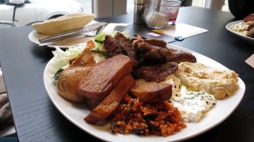 Köfte-Teller mit reichlich Salat und Dips