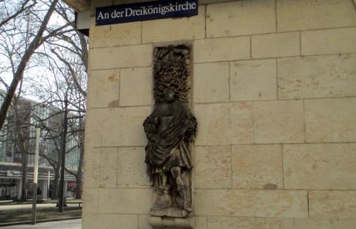 An der Dreikönigskirche hat jemand dem Reliefkönig eine blaue Nase gemalt