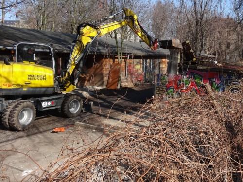 Am Nachmittag wurden erste Gebäude abgerissen. Foto: W. Schenk menschen-in-dresden.de