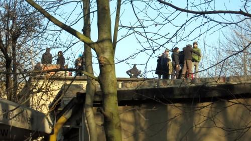 Einige Personen besetzten im hinteren Bereich der Häuser die Dächer.