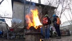 Vor der Räumung wärmen sich Aktivisten an einer Feuertonne.