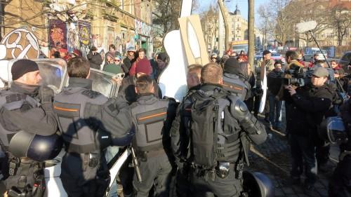 Die Polizei schiebt Blockierer beiseite.