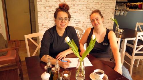 Paula Holotiuk und Hanna Frenzel feilen noch an der Speisekarte.