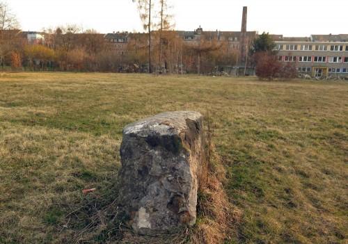 Ein großer und viele kleine Stolpersteine auf dem Platz.