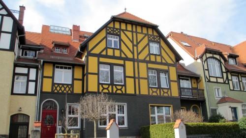 Schmucke Häuschen wie diese finden sich etliche. Die Nummern 10 und 12 stehen auf der Liste der Kulturdenkmäler