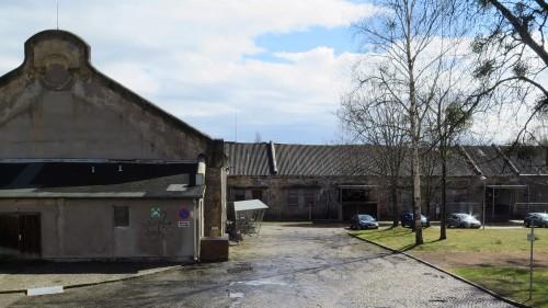Hinter den Gebäuden im Hof des SIB schließt sich der Russensportplatz an.