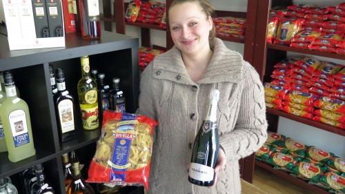 Anja Dragowski mit Wein und Nudeln