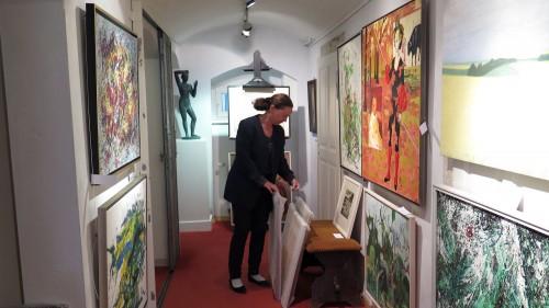 Sophia-Therese Schmidt-Kühl im Keller bei ihren Schätzen.