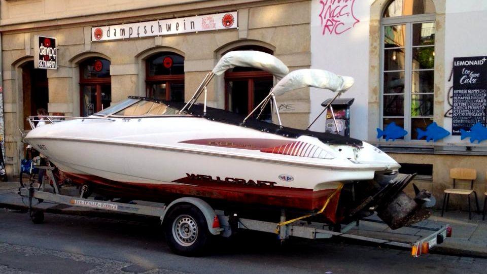 Yacht auf der Louisenstraße