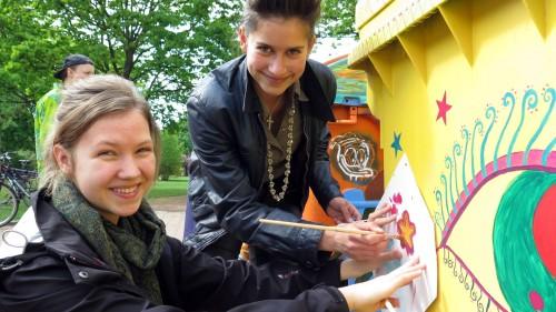 Sterne gegen Umweltverschmutzung - die Waldorfschülerinnen Julia und Gudrun