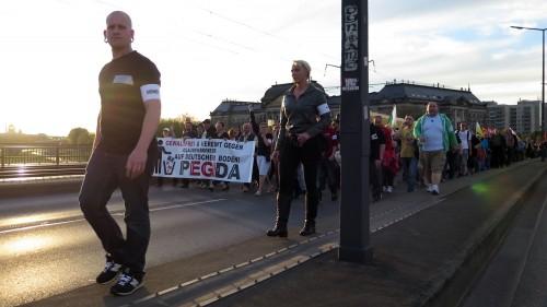 Kurz vor 20 Uhr verließ der Demonstrationszug die Neustadt über die Carolabrücke.