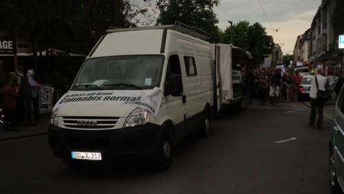 Gegen 16 Uhr erreichte die Demo die Neustadt - Ziel war der Alaunplatz.