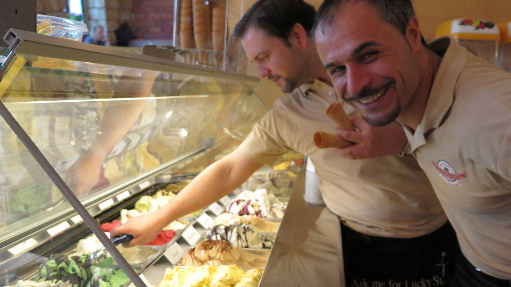 Thomas und Nizam im neuen Eiscafé