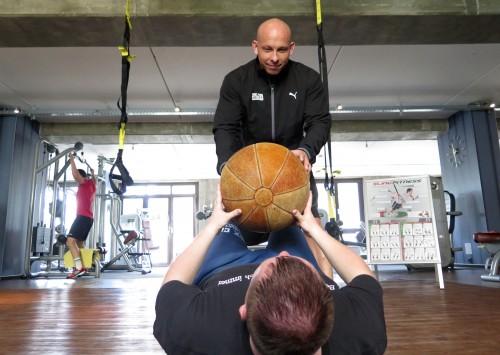 SitUps mit Medizinball - stärkt Bauch- und Rücken-Muskulatur.