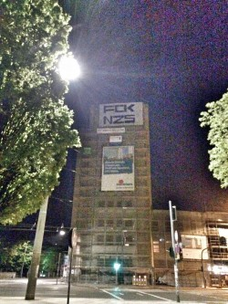 Banner am Hochhaus