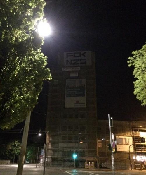 Hochhaus mit Banner am frühen Morgen.