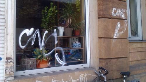 CNS-Schriftzug an einem Schaufenster