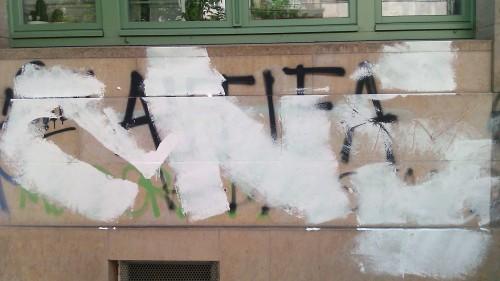 CNS-Schriftzug über Antifa-Graffiti