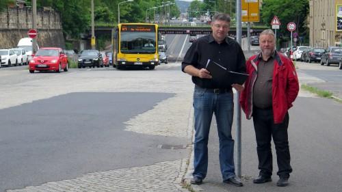 Holger Zastrow (FDP) und Franz-Josef Fischer (Freie Bürger) an der Stauffenbergallee.