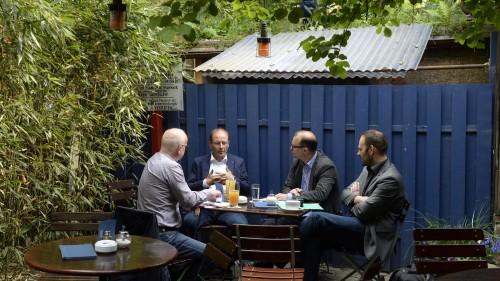 Im lauschigen Garten des Raskolnikoff gab sich der Kandidat in Plauderlaune - Foto: Dehli-News.de/Frank Dehlis