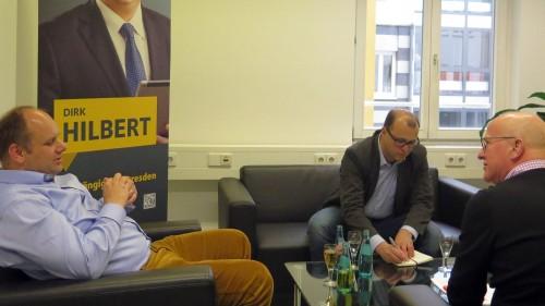 Dirk Hilbert in seinem Wahlkampfbüro im Gespräch mit Jan Frintert und Winfried Schenk.
