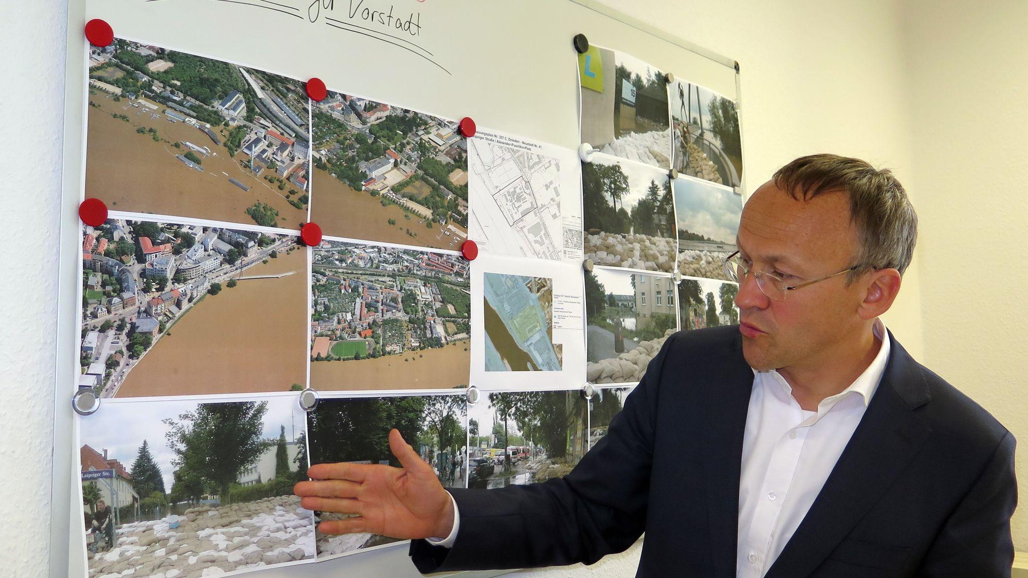 SPD-Fraktionschef Peter Lahmes erläutert die Folgen des letzten Hochwassers