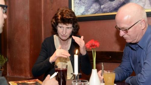 Abwägen? Die ehemalige Lehrerin unterstreicht ihre Worte gern mit Gesten. Foto: dehli-news.de