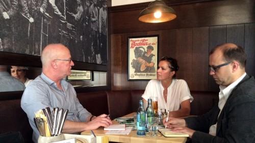 Tatjana Festerling im Gespräch mit Winfried Schenk und Jan Frintert. Foto: dehli-news.de