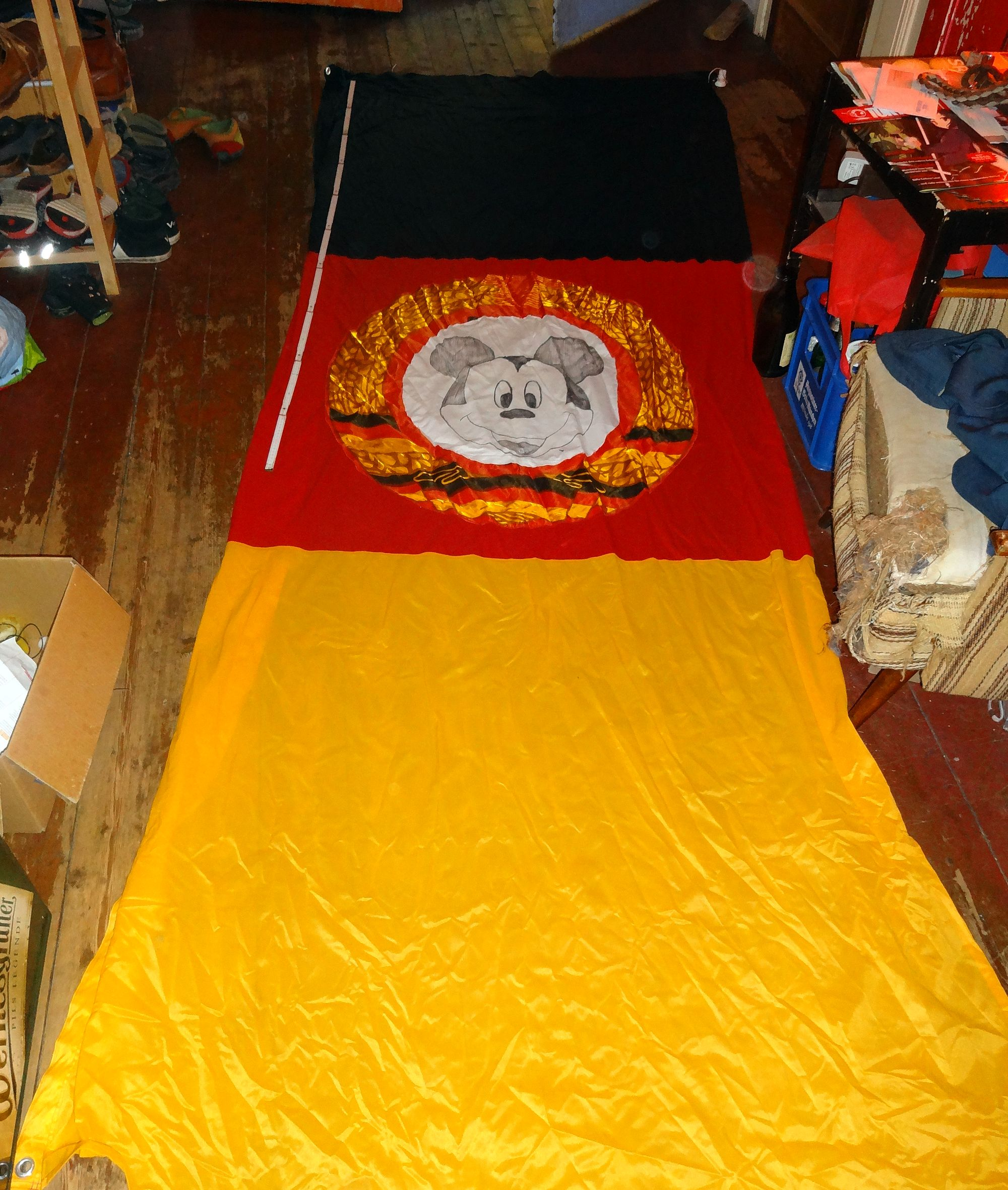 Knapp 4 Meter lang und 1,5 Meter breit. Das Wappen ist aufgemalt.