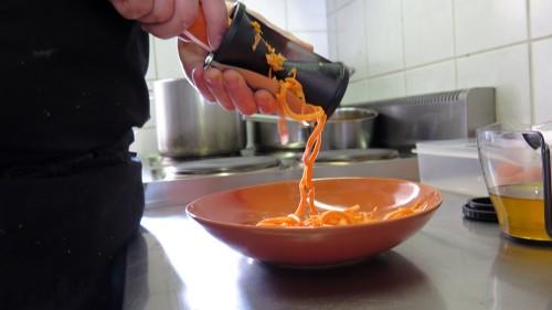 Mit dem Spiralschneider werden Möhre und Zucchini in Spaghetti verwandelt.