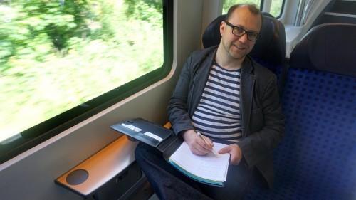 Beweismittel A und B: Block und Stift müssen belegen, dass ich in der S-Bahn ein  Interview führe.